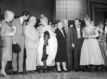 Актриса Ширли Маклейн показывает Никите Хрущёву, как танцуют канкан