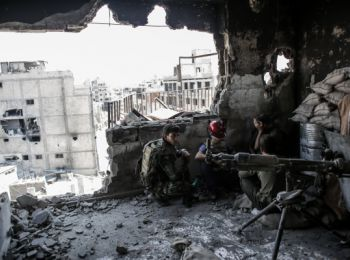 На фото:= правительственные= войска= сирии= неподалеку= от= позиций= боевиков= в= центре= хомса